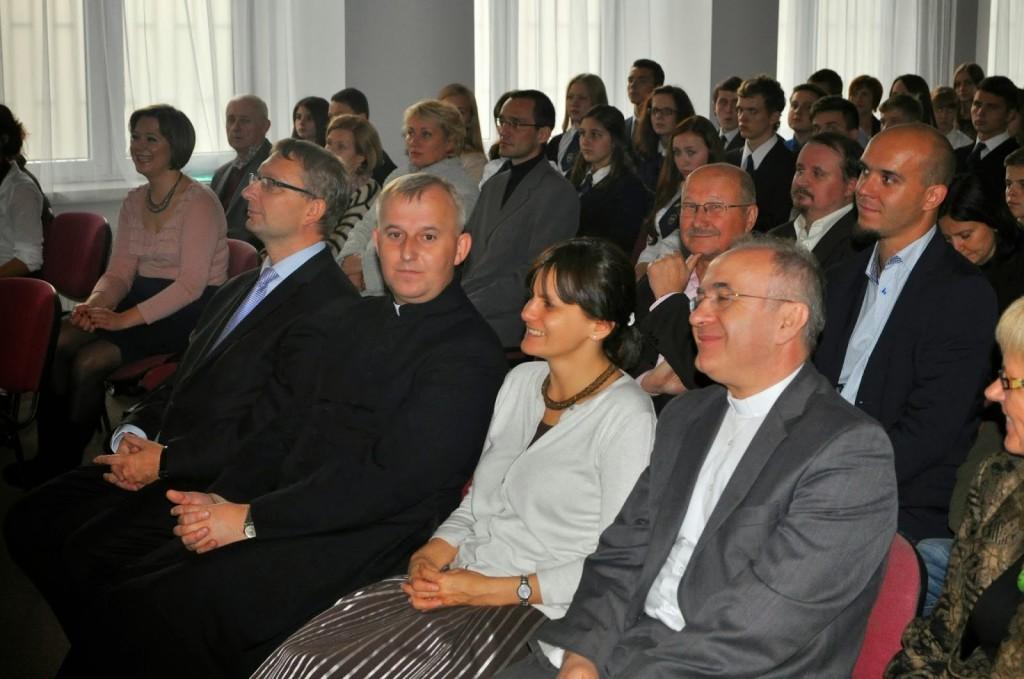 Wśród gości (od lewej): poseł Artur Górski, ks. Grzegorz Suchodolski, p. Eliza Dzwonkiewicz - Prezes Fundacji BZ WBK, ks. Józef Kloch.